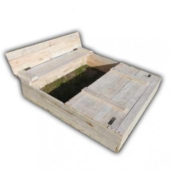 Drewniana piaskownica z siedziskami